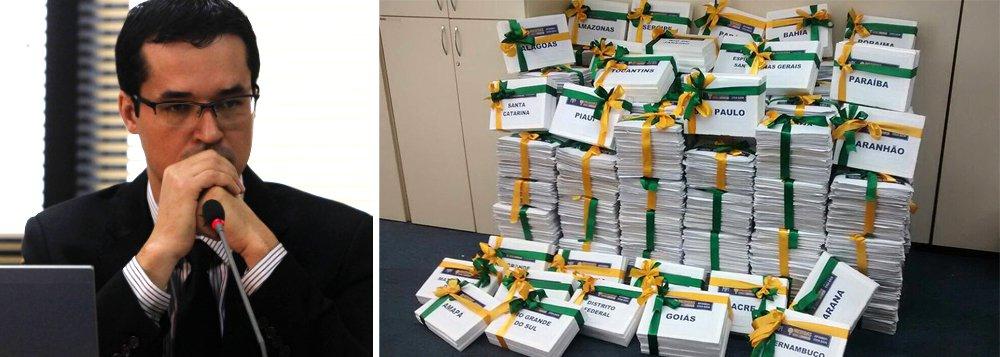 O procurador Deltan Dallagnol, que coordena o MPF em Curitiba na Lava Jato, publicou em seu Twitter nesta sexta (25) os abaixo-assinados com dois milhões de assinaturas em apoio às 10 Medidas do MPF contra a corrupção; documento será entregue na terça (29) ao Congresso Nacional