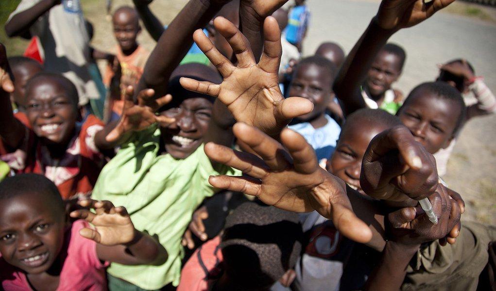 """Intitulado """"Uma oportunidade justa para todas as crianças"""", o relatório anual do Unicef revela que, embora o mundo tenha registado progressos na infância, essas melhorias não foram uniformes e as desigualdades marcam a vida de milhões de crianças; """"Quando olhamos para o mundo de hoje, somos confrontados com uma verdade desconfortável, mas inegável: As vidas de milhões de crianças são arruinadas pelo simples fato de terem nascido num determinado país, comunidade, gênero ou circunstância"""", escreve o diretor-geral da organização, Anthony Lake"""
