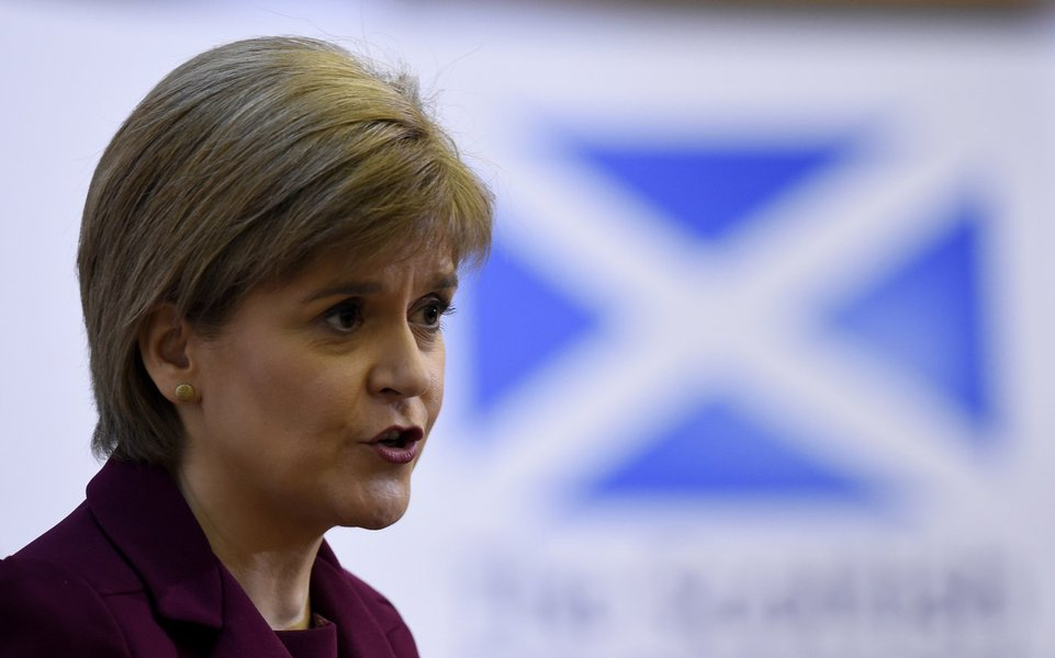 """O governo escocês iniciará medidas para proteger a sua filiação à União Europeia (UE) e se preparará para possivelmente realizar novo referendo sobre a independência em relação ao Reino Unido, depois de os britânicos terem votado pela do bloco, disse neste sábado a primeira-ministra, Nicola Sturgeon; """"Estamos determinados em agir decisivamente de forma a criar unidade em toda a Escócia"""", disse Sturgeon, acrescentando que pode solicitar o novo referendo para a independência do Reino Unido"""