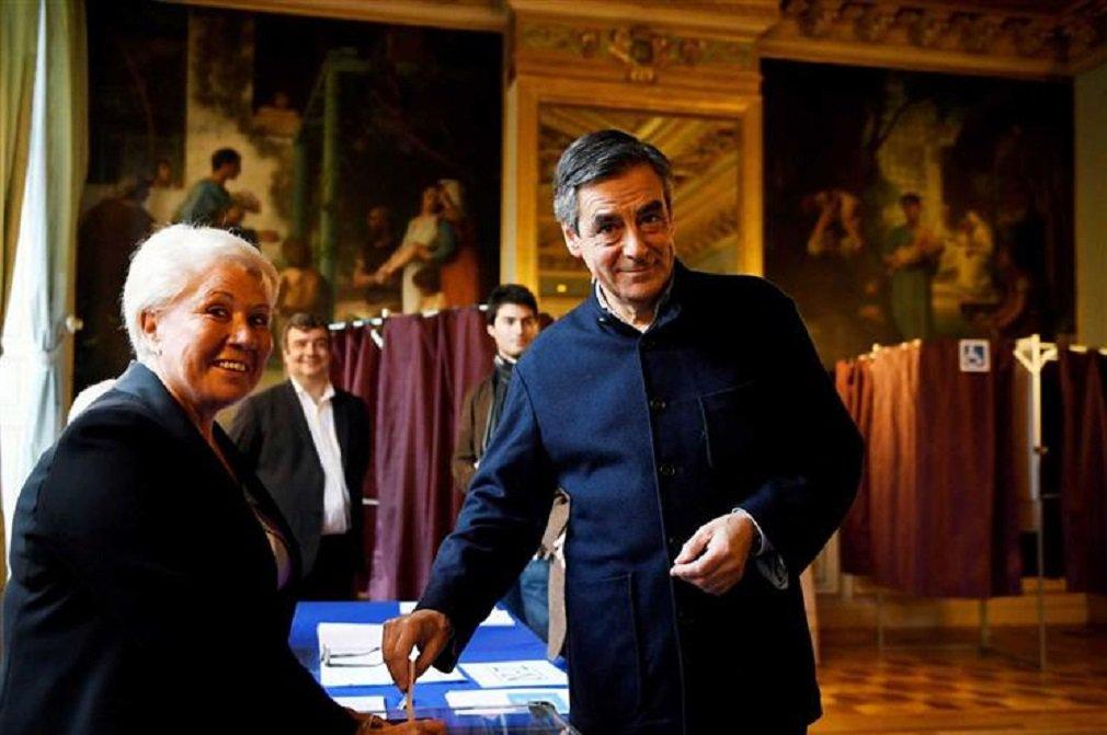 Com um terço dos votos apurados, François Fillon obteve 68,4% dos votos, contra 31,3% de Alain Juppé; Fillon, que foi primeiro-ministro durante os cinco anos da presidência de Nicolas Sarkozy, impôs-se também na primeira volta das primárias com 44,1% dos votos e posicionou-se como favorito para ser o candidato presidencial conservador