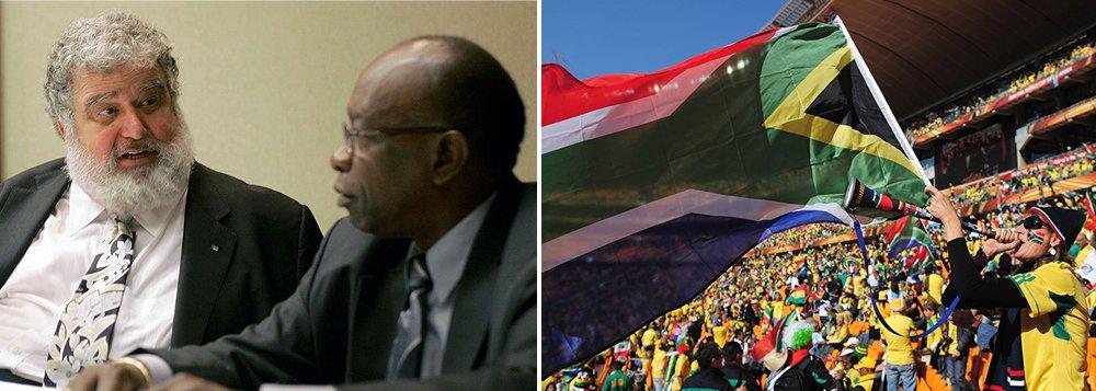 Fifa informou que membros do seu comitê executivo venderam seus votos em candidaturas para sedes da Copa do Mundo, incluindo para o torneio realizado na África do Sul, em 2010; segundo documento entregue a um tribunal norte-americano; os ex-membros do Comitê Executivo Chuck Blazer, Jack Warner, dentre outros, arquiteraram uma propina de US$ 10 milhões em troca de votos do comitê para a realização da Copa do Mundo de 2010, que acabou sendo realizada na África do Sul