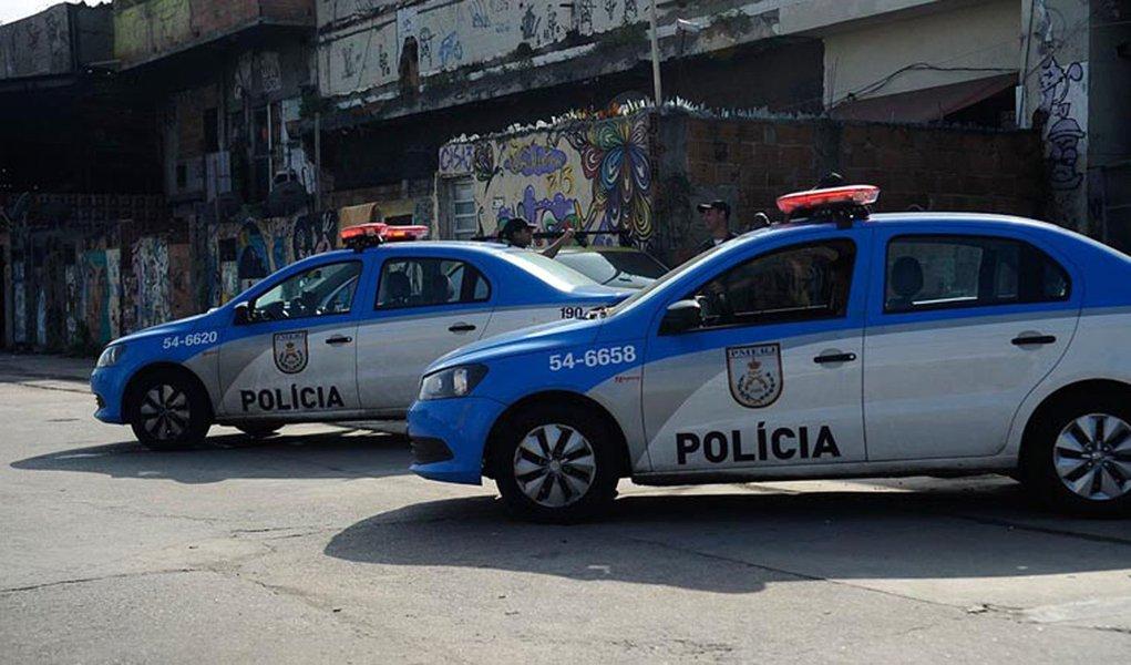 A Baixada Fluminense registrou mais do que o dobro do número de homicídios dolosos (com intenção de matar) que a cidade do Rio; o dado leva em conta o índice por 100 mil habitantes e faz parte do relatórioUm Brasil dentro do Brasil pede socorro, lançado na Alerj; segundo o documento,no ano passado, foram registrados 18,5 homicídios por 100 mil habitantes na cidade do Rio, enquanto na Baixada foram 40,2 homicídios por 100 mil; o relatório foi elaborado pelo Fórum Grita Baixada e pelo Centro de Direitos Humanos da Diocese de Nova Iguaçu e financiado pelas instituições alemãs Misereor, Kinder Missionswerk e Aktions Kreis