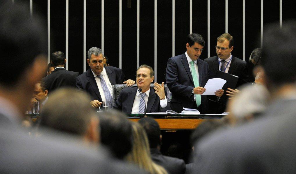 """O presidente do Senado, Renan Calheiros (PMDB-AL), afirmou nesta terça (29) esperar que o pedido de impeachment da presidente Dilma Rousseff não chegue à Casa; """"Acho que se esse processo chegar no Senado, e espero que não chegue, vamos, juntamente com o STF, decidir o calendário. A Constituição prevê que aconteça em até 6 meses"""", afirmou"""