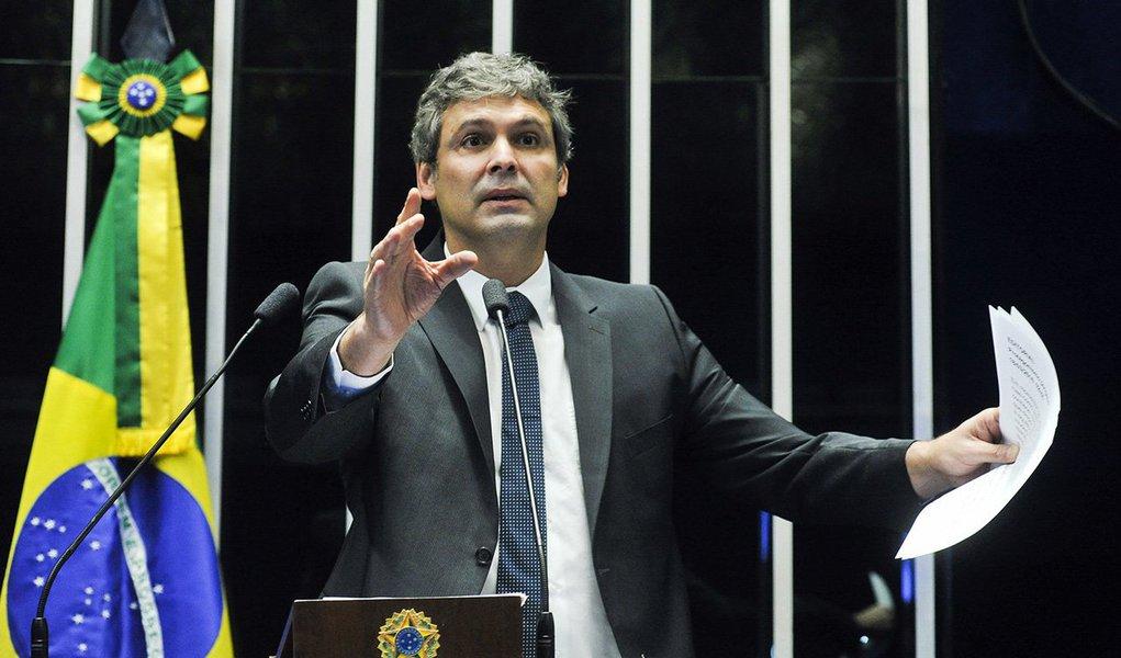 """O senador Lindbergh Farias (PT-RJ) atribuiu a crise política a um """"movimento golpista"""" e avaliou que o governo da presidente Dilma sofre ataques de um """"Estado policial"""" que atua acima da lei e da Constituição; ao citar a revelação das conversas telefônicas de Dilma com o ex-presidente Lula, Lindbergh acusou o juiz Sérgio Moro de seguir uma agenda política e atuar como """"justiceiro de bairro"""" sob o pretexto de combate à corrupção; para o senador, a gravação constitui uma """"grosseira ilegalidade"""", pois já tinha sido determinado o fim da interceptação telefônica, e atenta contra a soberania do país por envolver o sigilo da Presidência da República"""