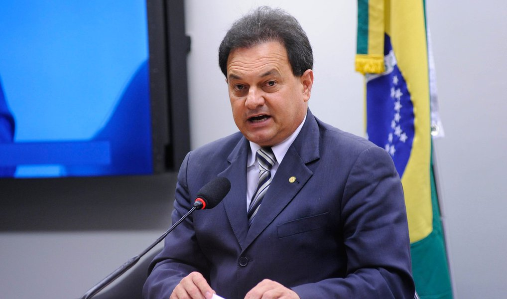"""Deputado Aelton Freitas (MG), leito novo líder da bancada do PR na Cãmara dos Deputados, afirmou que os 40 deputados da bancada irão votar em """"ampla maioria contra o impeachment na votação de domingo""""; o antigo líder da legenda,Mauricio Quintela Lessa (AL), que renunciou ao posto para votar de forma favorável ao impeachment da presidente Dilma Rousseff; diz que 28 dos 40 parlamentares deverão votar pelo afastamento da presidente Dilma"""