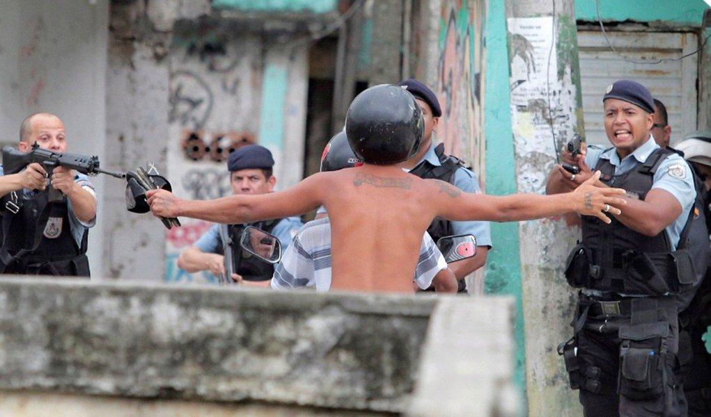 Um relatório da ONG Anistia Internacional aponta que 12 pessoas foram mortas como resultado de operações policiais na cidade do Rio entre 5 e 21 de agosto e outras 44 pessoas foram mortas em eventos onde as forças de segurança não estavam envolvidas; de acordo com a Anistia, a polícia também relatou que, nos Jogos Olímpicos, esteve envolvida em 217 tiroteios durante operações de segurança no estado do Rio; pelo menos dois policiais foram mortos em serviço na cidade nos primeiros dez dias da realização do evento