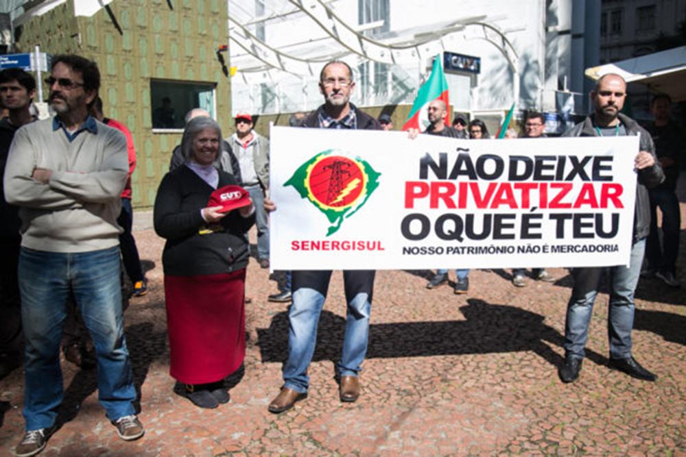 12/08/2016 - PORTO ALEGRE, RS - Frente em Defesa das Estatais realiza ato contra as privatizações e em defesa dos direitos dos trabalhadores, na Praça da Alfândega. Foto: Maia Rubim/Sul21
