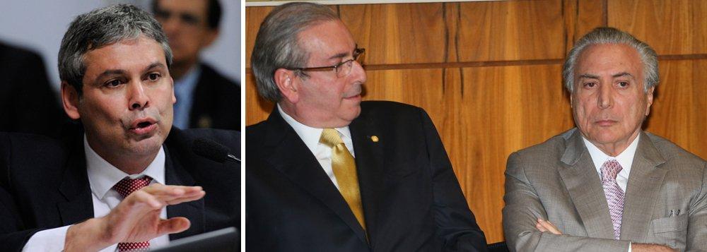 """Em vídeo publicado no Facebook sobre a prisão de Eduardo Cunha, determinada pelo juiz Sérgio Moro, o senador Lindbergh Farias (PT-RJ) afirma: """"Eu espero sinceramente que ele fale. Porque eu tenho certeza que a delação de Eduardo Cunha não deixa pedra sobre pedra nesse governo de Michel Temer e seus ministros""""; """"Demorou, mas saiu. E eu quero ver os próximos passos"""", acrescenta o parlamentar; em outro post, ele provocou: """"Desta vez, não teve cobertura ao vivo das TVs, mega operação ou espetáculo circense. Esperamos que isto não seja uma cortina de fumaça para voltar as baterias contra a esquerda"""""""