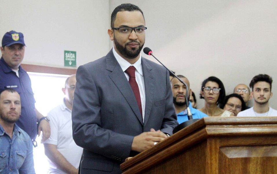"""Depois de ser eleito presidente da Câmara dos Vereadores de Embu das Artes, na Grande São Paulo, o vereador Hugo Prado (PSB) assumiu a prefeitura no lugar de Claudinei Alves dos Santos, conhecido como Ney Santos, que venceu as eleições, mas está foragido; na sessão solene de posse ontem (1º), foi lida uma carta de Ney em que ele se defende, dizendo que está sendo injustiçado e perseguido pela oposição desde 2010, """"com denúncias falsas e mentiras""""; Ney diz ainda que irá se apresentar à Justiça em breve, o que ainda não fez porque teme pela sua vida"""