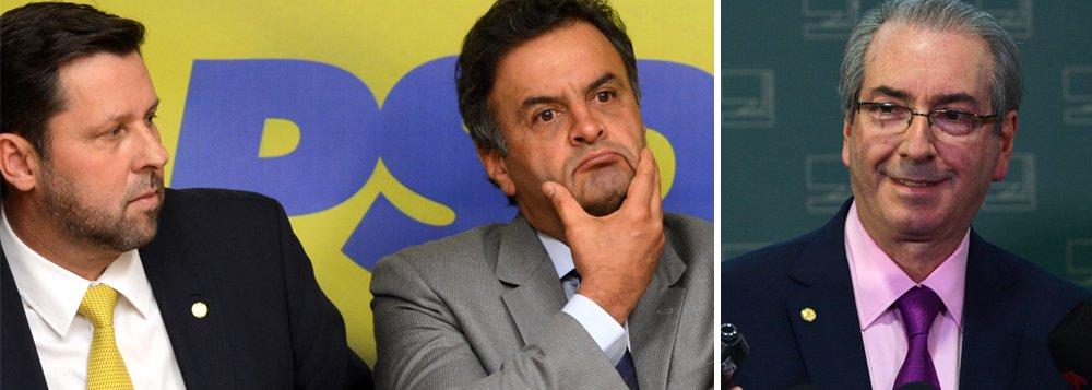 """Líder do PSDB, Carlos Sampaio (SP), e o líder do Solidariedade, Arthur Maia (BA), que há cerca de dez dias assinaram nota pelo afastamento do presidente da Câmara, não compareceram ao ato da oposição contra Eduardo Cunha (PMDB); o líder do PSOL, Chico Alencar (RJ), acusou os deputados de """"jogar para fora"""" e denunciou a """"blindagem envergonhada"""" de Cunha em razão da disputa política envolvendo um eventual pedido de impeachment da presidente Dilma Rousseff; calado sobre as graves denúncias de corrupção do peemedebista, o presidente do PSDB, Aécio Neves, ironizou o silêncio do Brasil na Venezuela"""