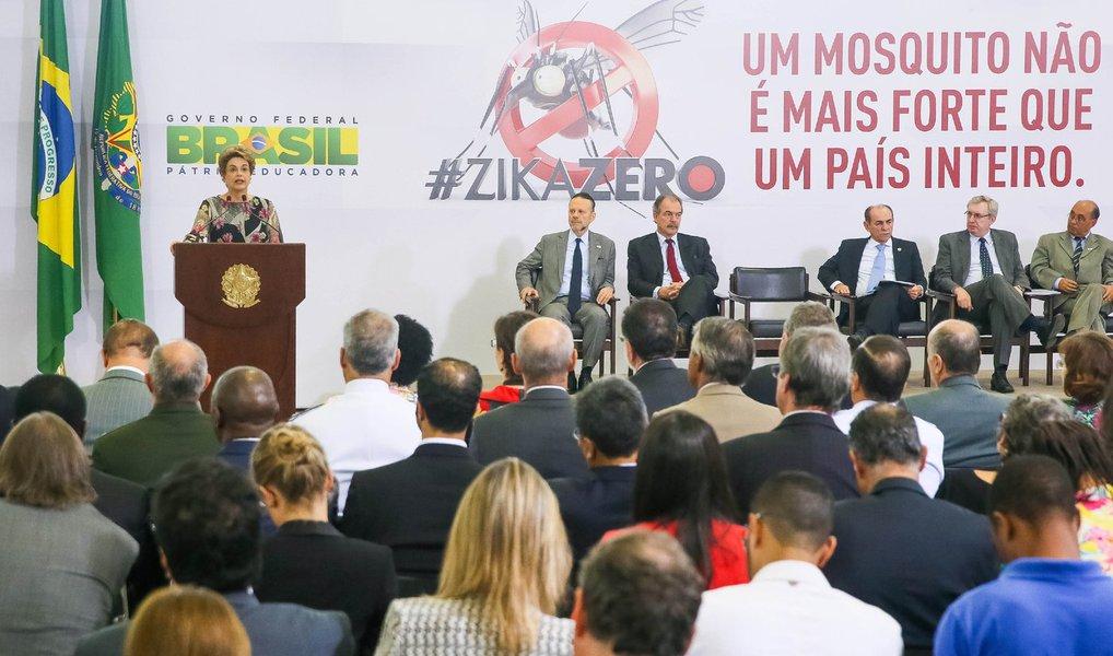 Presidente anunciou nesta quarta-feira 23 a liberação de cerca de R$ 1,2 bilhão para investimento em pesquisas e ações de combate ao mosquito Aedes aegypti, transmissor da dengue, Zika e chikungunya; em cerimônia no Palácio do Planalto, foram anunciados R$ 649 milhões para ações do Plano Nacional de Enfrentamento ao Aedes aegypti e à Microcefalia até 2018