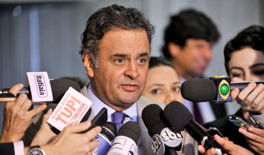 """Ao comentar as declarações do ex-presidente Fernando Henrique Cardoso, que pediu a renúncia da presidente Dilma Rousseff, o senador tucano afirmou que FHC """"considera que a renúncia talvez seja o menos traumático dos processos mas não sei se o governo teria essa grandeza""""; Aécio Neves anunciou que o partido se reunirá com juristas; """"Vamos examinar todas as alternativas e, obviamente, amparados pelos juristas do PSDB, avaliar de que forma vamos agir nas próximas semanas"""""""