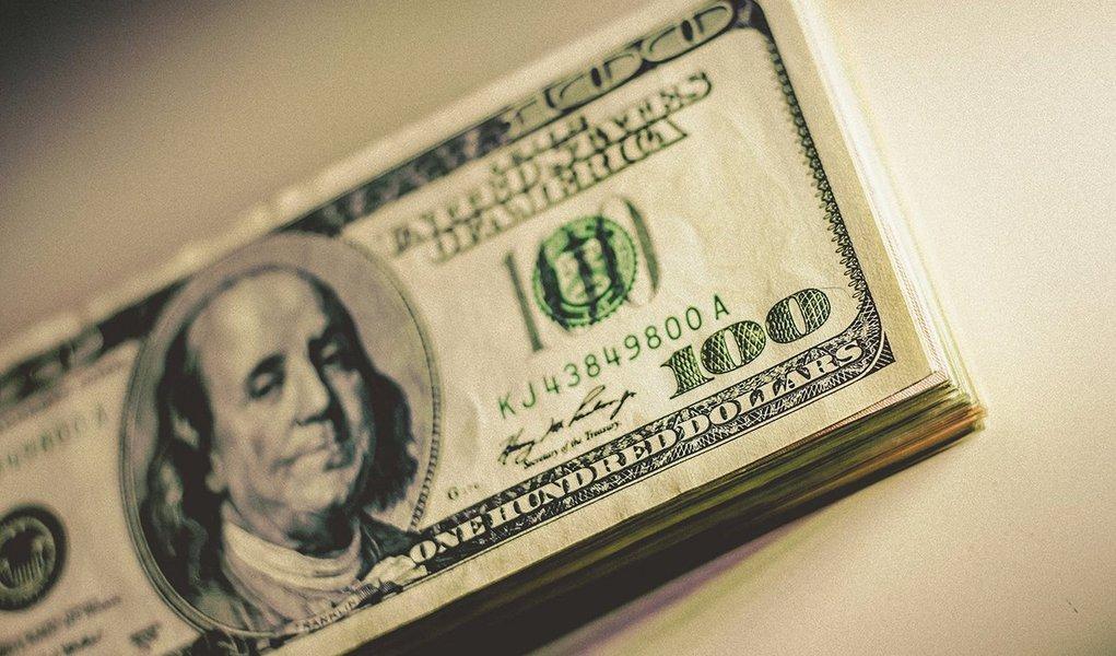 O dólar fechou com alta de mais de 1% nesta quinta-feira, voltando ao patamar de R$ 3,50, ao acompanhar o avanço da moeda norte-americana nos mercados externos e por apreensão com a cena política local; moeda norte-americana subiu 1,13%, a R$ 3,5137 na venda, maior nível desde o último dia 6, quando foi a R$ 3,5374; na máxima do dia, chegou a R$ 3,5295