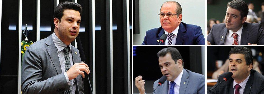 PMDB já definiu cinco dos oito integrantes da comissão especial que irá analisar o pedido de impeachment da presidente Dilma Rousseff na Câmara; além do líder da bancada, Leonardo Picciani (RJ), integrarão o colegiado os deputados Hildo Rocha (PMDB-MA), João Arruda (PMDB-PR), José Priante Junior (PMDB-PA) e Washington Reis (PMDB-RJ); todos os partidos devem indicar até às 14h desta segunda-feira, 7, os nomes que integrarão o colegiado, que terá 65 membros