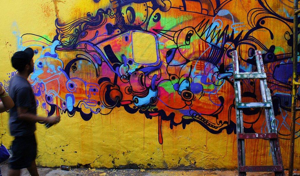"""Iniciativa do prefeito João Doria de apagar grafites em São Paulo causou indignação também entre estudiosos do assunto; """"São Paulo está matando sua própria cultura"""", diz o curador alemão e especialista em arte urbana não-autorizada Robert Kaltenhäuser; """"Talvez se lerá sobre isso nos livros de história no futuro, assim como hoje lemos sobre a tentativa dos fascistas de eliminar a arte moderna considerada 'degenerada'. Talvez os murais terão que ser restaurados por milhões daqui a 20 anos"""", afirma"""