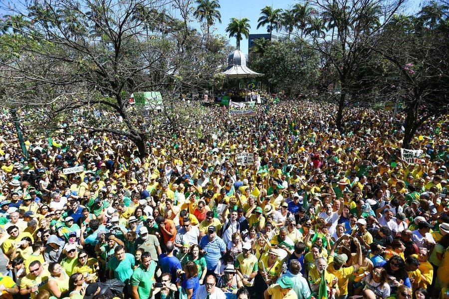 Em Belo Horizonte, o manifestante que esteve na Praça da Liberdade neste domingo é, em média, branco, graduado e ganha mais de cinco salários mínimos mensalmente; também é consenso que o governo federal é ruim/péssimo e o afastamento da presidente Dilma seria a melhor saída para o país