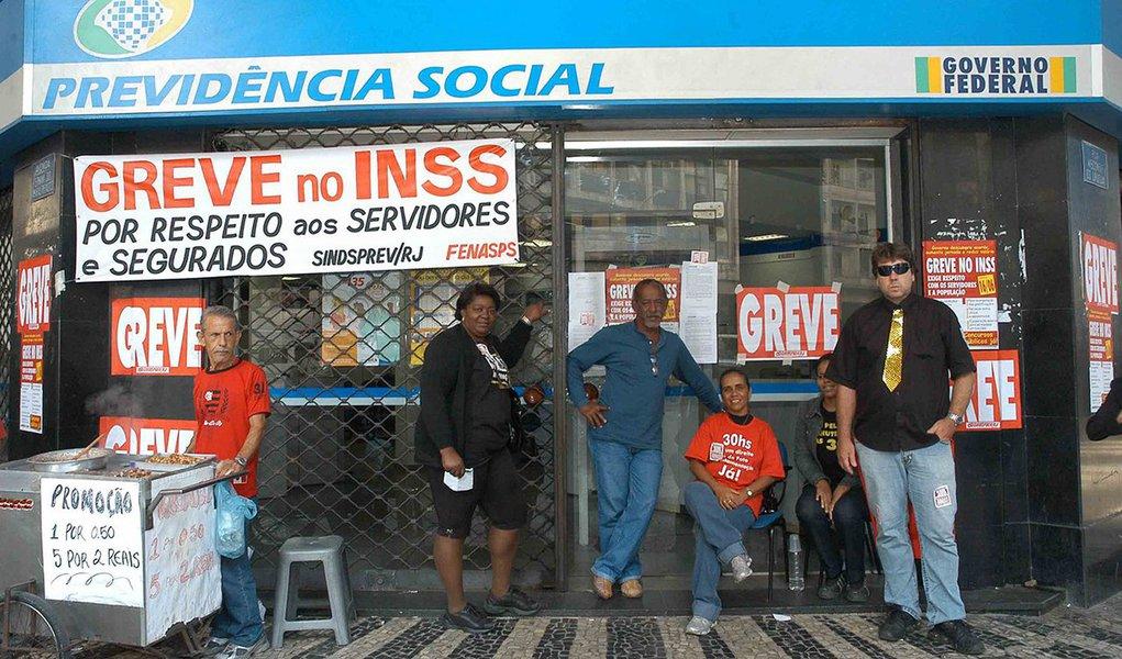 A greve dos servidores do INSS no estado do Rio de Janeiro chegou ao 40º dia sem perspectiva de acordo com o governo, em curto prazo, informou o diretor do Sindicato dos Trabalhadores Públicos Federais em Saúde e Previdência Social (Sindprev-RJ), Rolando Medeiros; o STJ emitiu liminar obrigando a manutenção de 60% dos servidores trabalhando nas agências, enquanto durar a greve; a greve tem 80% de adesão das unidades e cerca de 85% de servidores paralisado, segundo levantamento do sindicato