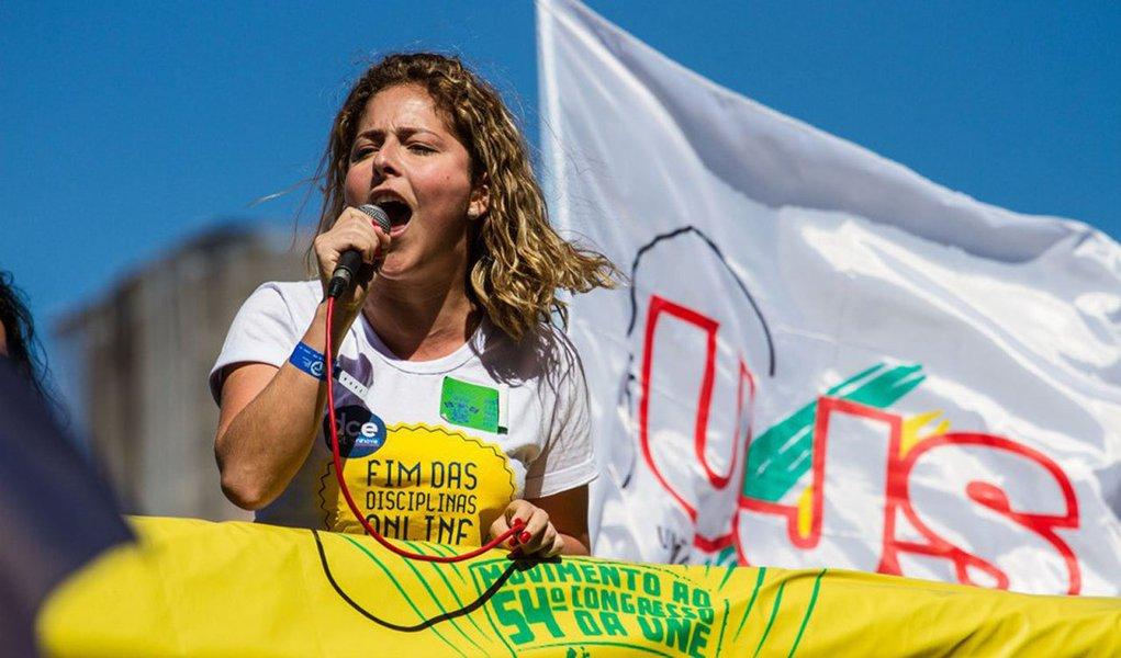 """""""Vai ser uma resposta não a favor ou contra um governo, vai ser uma resposta contra ideias conservadoras que estão nas ruas. Mais do que uma passeata contra a presidenta Dilma, o que a gente viu nas passeatas da direita foram ofensas à figura da mulher. E levantaram a bandeira da intervenção militar"""", disse apresidente da entidade, Carina Vitral, sobre ato convocado para o dia 20;""""Reafirmamos uma posição de apoio à legalidade do mandato da presidenta, mas mantendo a independência em dizer com o que a gente não concorda. Os melhores amigos dizem as verdades, não o que se quer ouvir"""", acrescentou"""