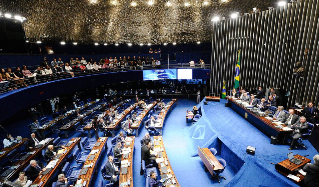 Os deputados concluíram a votação da Lei Antiterrorismo e o Projeto de Lei 2016/15, que define como ato de terrorismo usar, ameaçar, transportar e guardar explosivos e gases tóxicos, conteúdos químicos e nucleares, vai agora para análise do Senado