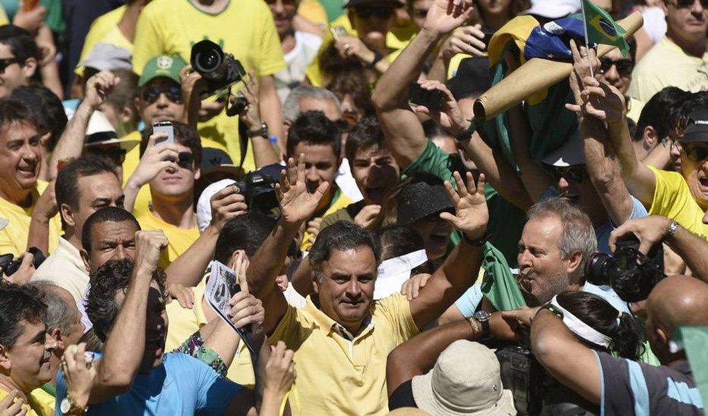"""A ideia de que o PSDB tome a frente das próximas mobilizações do """"fora Dilma"""" será apresentada por deputados e senadores ao presidente da sigla, Aécio Neves, em reunião nesta terça, segundo a colunista Vera Magalhães; declaração deFernando Henrique Cardoso, que defendeu a renúncia de Dilma, teria dadomais gás ao grupo"""