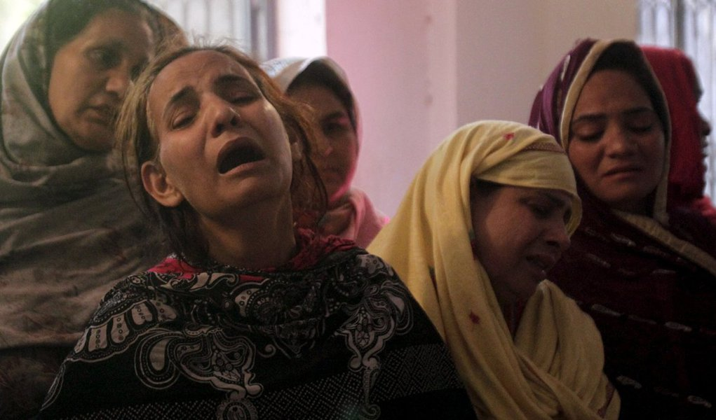 Autoridades paquistanesas fazem operação contra membros de uma facção do Taliban que declarou lealdade ao Estado Islâmico, após o grupo reivindicar responsabilidade por um ataque suicida contra cristãos que deixou ao menos 70 mortos, sendo 29 crianças, no feriado da Páscoa; homem-bomba se explodiu em um parque movimentado na cidade de Lahore, base de poder do premiê Nawaz Shar