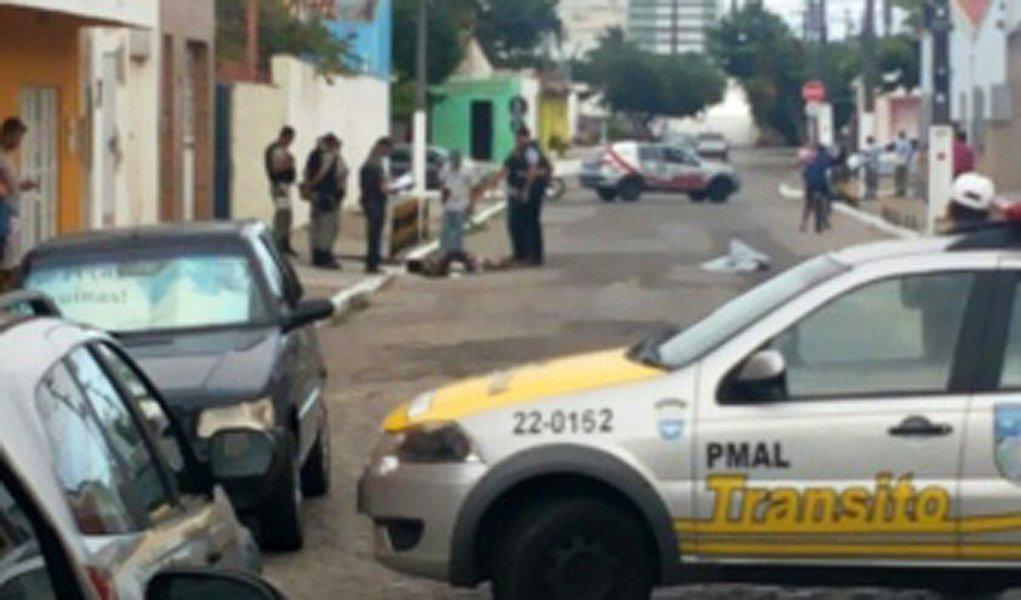 Um morador de rua foi assassinado a tiros, no bairro da Pajuçara, em Maceió; a polícia não tem informações sobre as circunstâncias do crime; a única câmera de segurança localizada em um estabelecimento comercial que fica no entorno do local do crime estava desligada e nenhuma imagem do ocorrido foi gravada