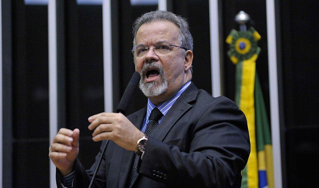 """PPS apresentou um mandado de segurança junto ao STJ para tentar impedir que o ministro da Justiça, Eugênio Aragão, promova eventuais alterações nos quadros da Polícia Federal por conta dos vazamentos de informações na Operação Lava Jato; para o vice-líder da Minoria na Câmara, deputado Raul Jungmann (PPS-PE), a declaração do ministro de que trocaria as equipes de investigação em caso de """"cheiro de vazamento"""" trata-se de uma """"evidente tentativa de constrangimento"""""""
