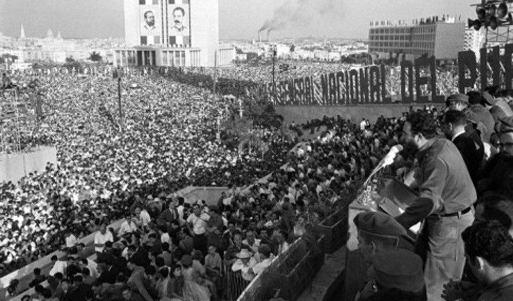 """Governo de Cuba declarou nove dias de luto nacional pela morte do """"comandante"""" Fidel Castro, desde entre as 6h deste sábado, 26, e o meio-dia de 4 dezembro; no dia 30, as cinzas de Fidel começarão a percorrer o itinerário começará que rememora a Caravana da Liberdade, em janeiro de 1959, até a província de Santiago de Cuba, acabando no dia 3 de dezembro, data em que, às 19h, será realizado ato público na Praça Antonio Maceo; cerimônia de cremação será no dia 4, às 7h, no cemitério Santa Ifigenia"""