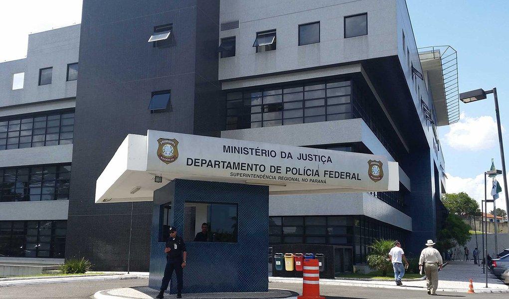 Estão previstas para esta sexta-feira (23) as oitivas dos presos temporários da Operação Arquivo X; segundo documento da Polícia Federal entregue à Justiça Federal do Paraná, as declarações serão colhidas pelos Procuradores da República que trabalham no caso; os depoimentos estão previstos para o período da manhã e da tarde desta sexta e serão realizados na Superintendência da PF em Curitiba; dentre os presos estáRubem Maciel da Costa Val,diretor da Área de Negócios Industriais da Mendes Júnior