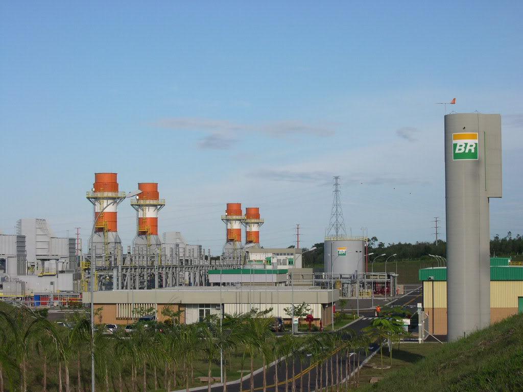 """Petrobras enviou carta ao Ministério de Minas e Energia em que ameaça desligar suas termelétricas se não houver o pagamento de cerca de R$ 1,5 bilhão que a empresa tem a receber no mercado de energia, que não foram quitados devido à inadimplência nas operações; """"O volume de recursos devidos e não pagos... torna urgente uma providência deste Ministério para evitar que a Petrobras chegue a uma situação em que não haverá outra solução senão interromper a geração termelétrica"""", afirmou a Petrobras por meio de carta"""