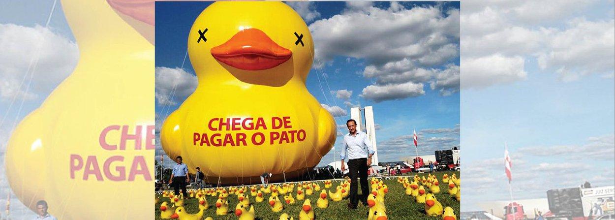 """No dia em que o PMDB rompeu com o governo da presidente Dilma Rousseff, a Federação das Indústrias do Estado de São Paulo (Fiesp), presidida por Paulo Skaf, instalou um pato gigante e 5 mil patinhos no gramado do Congresso Nacional, em ato pelo impeachment; para Skaf, o pato, da campanha """"Chega de pagar o pato"""", representa o sentimento da sociedade"""