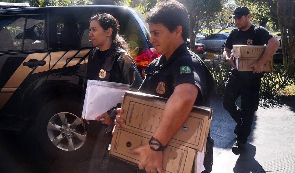 A Polícia Federal indiciou o governador de Minas Gerais, Fernando Pimentel, e o empresário Marcelo Odebrecht por corrupção; as investigações fazem parte da Operação Acrônimo; as conclusões do inquérito serão enviadas à Procuradoria-Geral da República (PGR), que decidirá se oferece mais uma denúncia contra o petista e o empreiteiro