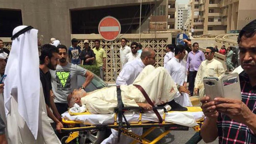 O ataque reivindicado pelo grupo Estado Islâmico (EI) feito nesta sexta-feira, 26, contra uma mesquita xiita na capital do Kuwait matou 25 pessoas, segundo dados atualizados pelo Ministério do Interior; em um comunicado divulgado pela agência de notícias oficial Kuna, a pasta informou que há 202 pessoas feridas; os últimos números, divulgados pelos serviços de emergência da capital do Kuwait, apontavam para 13 mortos após o atentado