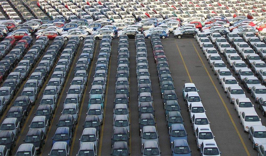 Segundo dado da Federação Nacional de Distribuição de Veículos Automotores (Fenabrave), asvendas de veículos novos no Brasil caíram 19,36% em junho, em comparação com o mesmo período do ano passado; no último mês, foram vendidos 212.526 mil unidades; a Fenabrave reduziu as previsões de vendas para o acumulado de 2015