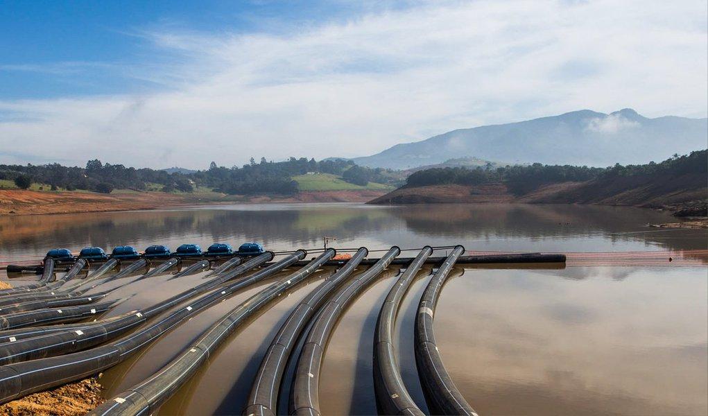 O nível do sistema Cantareira opera neste sábado com 15,4% de sua capacidade; o percentual indica a quantidade de água presente no manancial em relação ao total possível de ser armazenado; os dados são da Sabesp; o sistema tem hoje 195,7 milhões de metros cúbicos (m3) de água, um déficit de 91,8 milhões de m³ para atingir o nível do ponto inicial do volume morto
