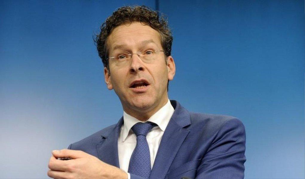 """A decisão da Grécia de convocar um referendo sobre as demandas de seus credores não a isenta de pagar suas dívidas, disse o presidente do grupo dos ministros das Finanças da zona do euro, Jeroen Dijsselbloem, neste sábado; """"É responsabilidade do governo grego em cumprir com as suas obrigações, primeiramente com o FMI"""", disse ele"""
