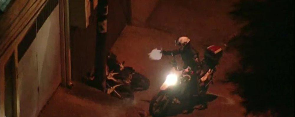 A Polícia Militar prendeu de forma administrativa o policial que disparou vários tiros de pistola contra dois jovens, de 16 e 17 anos, após uma perseguição pelas ruas do bairro Jardim São Luís, em São Paulo; disparos foram efetuados após os jovens terem caído da moto que haviam roubado momentos antes; perseguição e os tiros foram filmados por um helicóptero da imprensa que acompanhou a ocorrência; caso será investigado pelaPolícia Civil, Polícia Militar e também pela Corregedoria