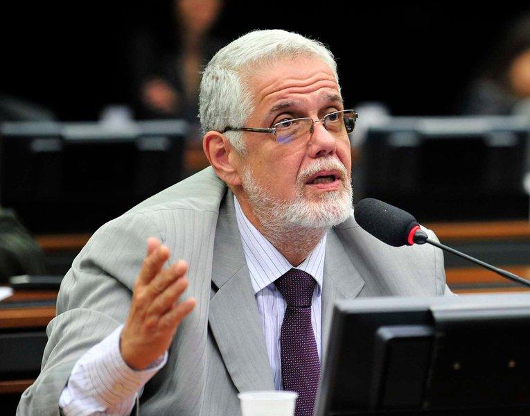 """Deputado Jorge Solla (PT-BA) aconselhou a presidente Dilma Rousseff nesta terça a romper a aliança com o PMDB; em discurso no plenário da Câmara, ele lamentou que na votação da redução da maioridade penal os líderes do PMDB """"mais uma vez tenham agido na contramão"""" das articulações realizadas por membros do governo; """"Estava em curso uma negociação com o PSDB para uma proposta alternativa à redução da maioridade, que poderia ter dado bons frutos, mas Eduardo Cunha entrou em cena, ameaçou o PSDB e trouxe os tucanos na gaiola para uma posição mais retrógrada, mais prejudicial à sociedade"""""""