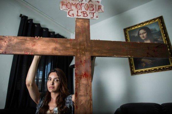 A crucificação da artista transexual