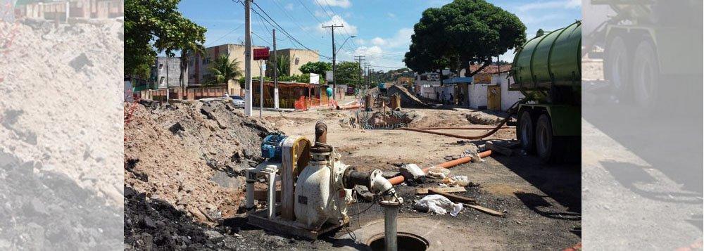 Fiscais do Ministério do Trabalho embargaram as obras de esgotamento feitas pela Companhia de Água e Saneamento de Alagoas (Casal), em Maceió; obra é para a recuperação de um poço de visita da rede coletora de esgoto localizada na avenida Capitão Marinho Falcão, no conjunto Santo Eduardo; escavação foi paralisada devido aos riscos que poderia apresentar, como o de explosão devido a dutos de gás