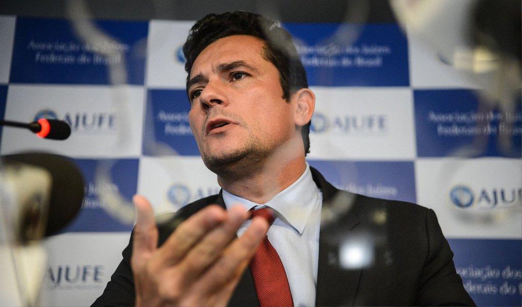 O juiz federal Sergio Moro autorizou a CPI da Petrobras a realizar uma acareação entre delatores e investigados na Operação Lava Jato; de acordo com a decisão, as declarações do ex-diretor de Serviços da Petrobras Pedro Barusco e do doleiro Alberto Youssef, delatores do esquema, serão confrontadas com as defesas do ex-diretor de Serviços da estatal Renato Duque e o ex-tesoureiro do PT, João Vaccari Neto
