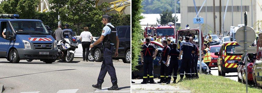 """Cabeça decapitada coberta por escritasem árabe foi encontrada em uma empresa de gás norte-americana no sudeste da França nesta sexta-feira, após dois agressores baterem um carro nas instalações da companhia, explodindo tanques de gás; ataque, no qual uma pessoa foi morta e pelo menos uma ficou ferida, tinha as marcas de militantes islâmicos; """"O ataque foi de natureza terrorista, uma vez que um corpo foi encontrado, decapitado e com inscrições. Neste momento, há um morto e dois feridos"""", disse o prresidente da França, François Hollande;uma pessoa foi presa sob suspeita de envolvimento no ataque; segurança na região foi rfeorçada e instalações industriais estão sob vigilância"""