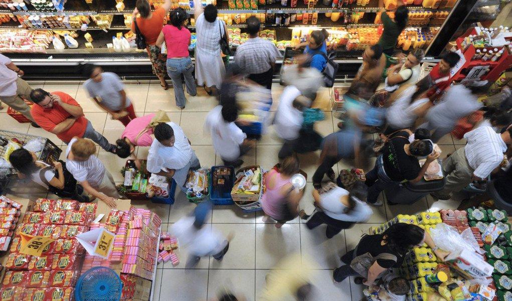 Índice de Confiança do Consumidor (ICC), medido pela Fundação Getulio Vargas (FGV), caiu 1,4% em junho deste ano, na comparação com o mês anterior; queda do índice foi provocada por confiança menor dos consumidores no momento presente da economia