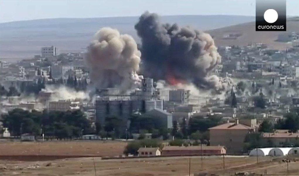 """Combatentes do Estados Islâmico lançaram ataques simultâneos contra o governo sírio e milícias curdas durante a noite, voltando a assumir ações ofensivas depois de perder terreno nos últimos dias para forças lideradas pelos curdos perto da capital de seu """"califado""""; depois de recentes derrotas para forças curdas apoiadas por ataques aéreos liderados pelos Estados Unidos, o Estado Islâmico procurou retomar a iniciativa com investidas contra a cidade curda iraquiana de Kobani, na fronteira turca, e áreas controladas pelo governo sírio em Hasaka, no nordeste da Síria"""