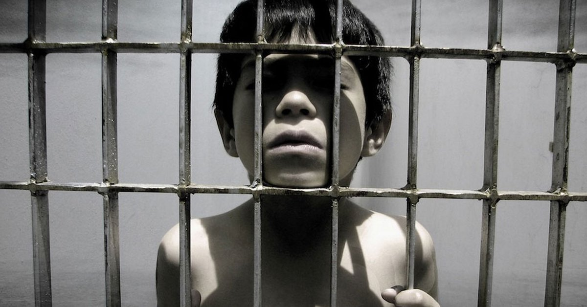 Reduzir a maioridade penal e amontoar os jovens nas cadeias superlotadas - do falido sistema prisional brasileiro - junto com adultos não solucionará, em absolutamente nada, o problema da violência