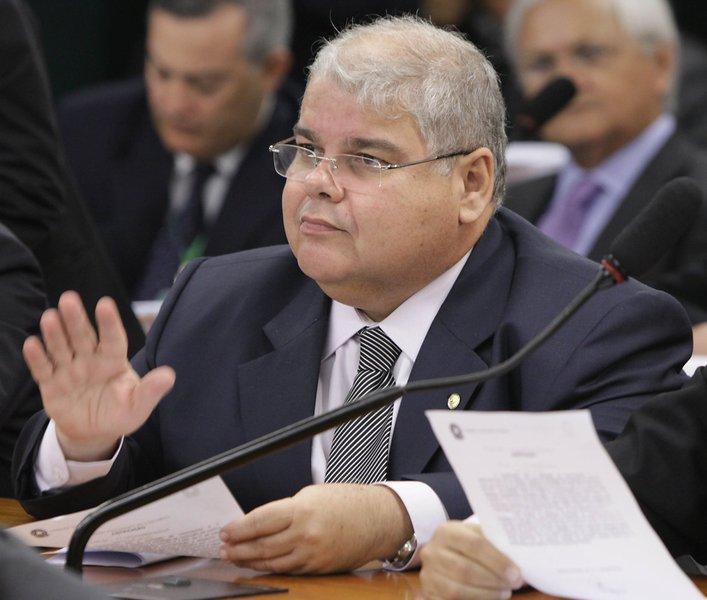 """Deputado federal Lúcio Vieira Lima nega que seu partido tenha recebido propina da empreiteira Camargo Corrêa, que é investigada na Operação Lava Jato; ele comentou nesta quinta-feira sobre a declaração do ex-presidente da construtora Dalton Avancini, que, em sua delação premiada, afirmou que a empreiteira se comprometeu a pagar ao PMDB R$ 20 milhões em propina para atuar na construção da usina hidrelétrica de Belo Monte; """"Ele pode ter negociado com o peemedebista, não com o partido. Ele tem que dar o nome e dizer quem recebeu a propina"""", diz Lúcio"""