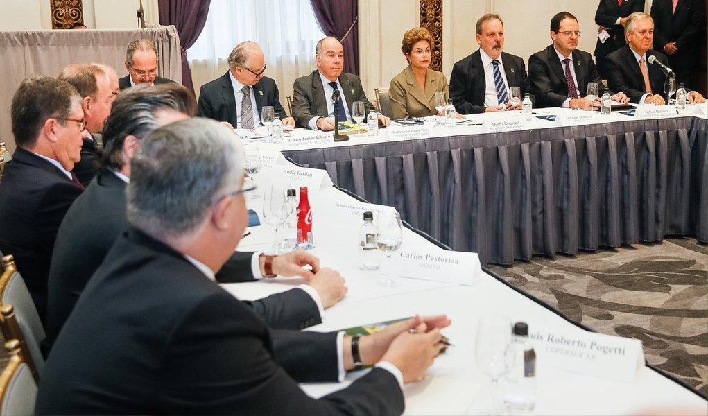 No primeiro compromisso da viagem aos Estados Unidos, a presidenta Dilma Rousseff se reuniu neste domingo, em Nova York, com empresários brasileiros com negócios no país e que integram a comitiva da presidenta; o objetivo foi conversar com os empresários sobre formas de intensificar as relações com os Estados Unidos e ampliar os investimentos; Dilma ouviu os cerca de 20 empresários que participaram do encontro