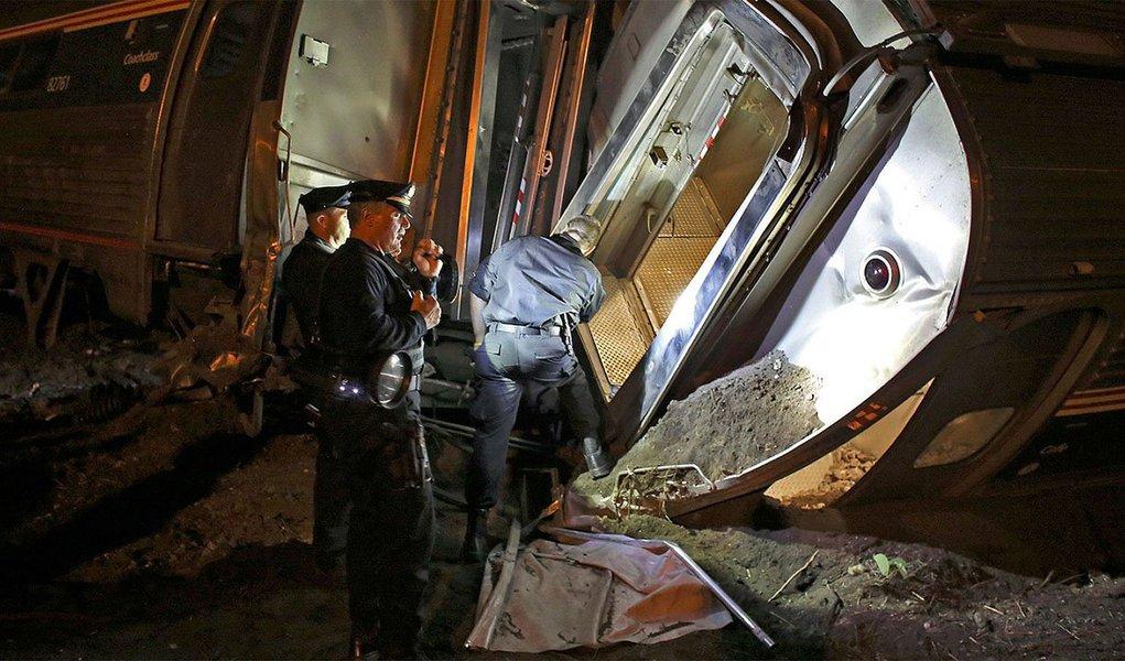 Cinco pessoas morreram e pelo menos 59 ficaram feridas no descarrilamento e queda de vagões de um trem que seguia de Washington a Nova York, na noite desta quarta-feira (13), nos Estados Unidos; trem com 238 pssageiros e cinco tripulantes descarrilou na Filadélfia