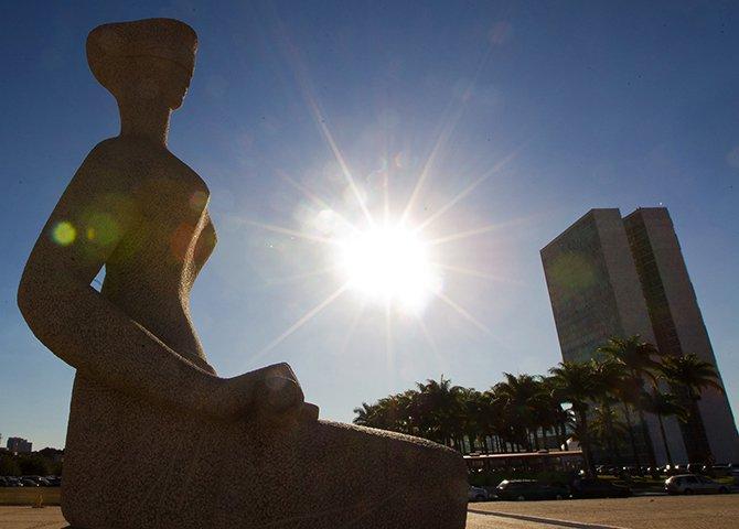 Além de não desperdiçar cérebros, a proposta que amplia em cinco anos a aposentadoria compulsória dos ministros dos tribunais superiores implica em uma economia estimada de R$ 20 bilhões em cinco anos