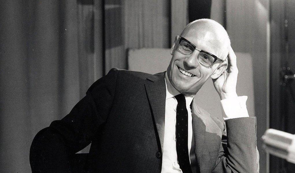 Conselho Superior da Fundação São Paulo, mantenedora da PUC, vetou a criação da cátedra sobre as obras do francês Michel Foucault, gay e anticlerical, sob o argumento de que homenagem só deve ser atribuída pela instituição a personalidades que tenham afinidade com o pensamento católico